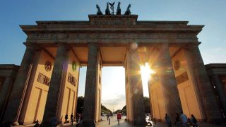 Sonnenuntergang auf dem Pariser Platz am Brandenburger Tor in Berlin© imago/Ralph Peters
