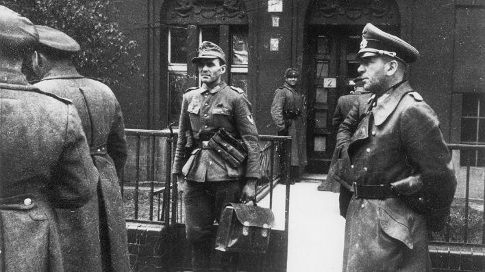 Die Deutsche Delegation Unter Generalleutnant Hans Krebs Re Vor Dem Haus Schulenburgring 2