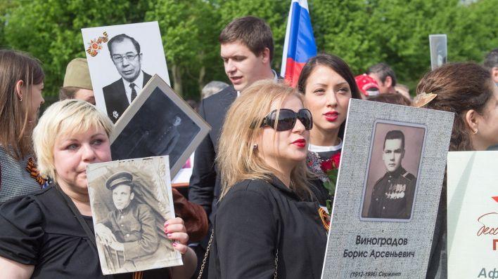 feiern am sowjetischen ehrenmal in treptow kriegsgedenken mit wodka und ddr fahnen rbb 24. Black Bedroom Furniture Sets. Home Design Ideas