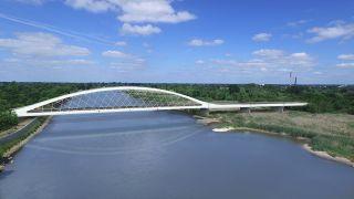 Entwurf einer Brücke über die Oder zwischen Küstrin und Kostzyn mit hohem, weißen Brückenbogen. Drohne Drohnenblog24 Berlin Brandenburg