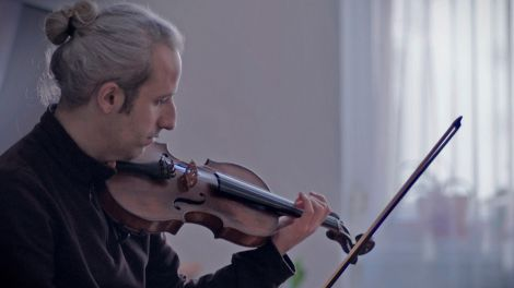 Violinist und Musiklehrer Ahmet Tirgil; Quelle: rbb/Out of Focus