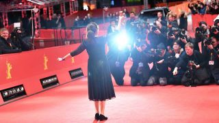 "Die ungarische Autorin und Regisseurin Ildikó Enyedi steht mit ihrem Goldenen Bären für den Film ""On Body and Soul"" vor den Fotografen am Berlinale Palast (Quelle: dpa/Jens Kalaene)"