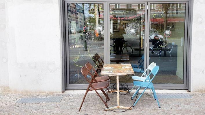 neuer mietvertrag unterschrieben das caf filou in kreuzberg ist endg ltig gerettet rbb 24. Black Bedroom Furniture Sets. Home Design Ideas