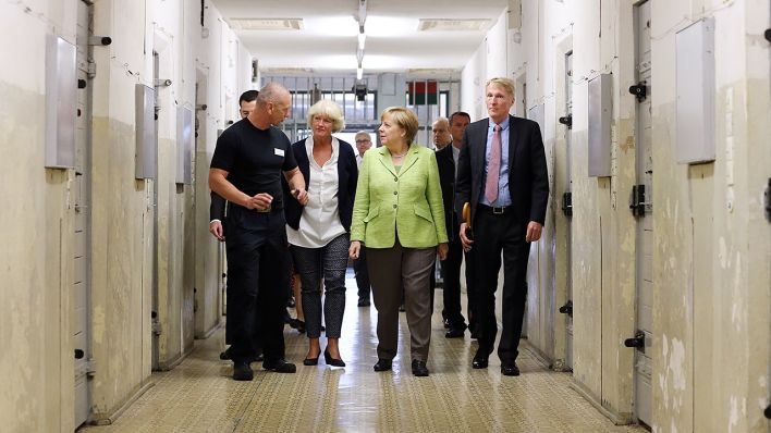 gedenkst tte berlin hohensch nhausen bundeskanzlerin merkel besucht ehemaliges stasi gef ngnis. Black Bedroom Furniture Sets. Home Design Ideas