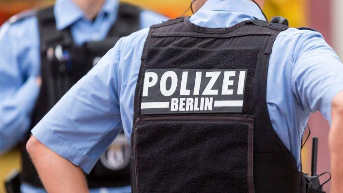 Berliner Polizist mit einer schusssicheren Weste (Quelle: imago/Marius Schwarz).