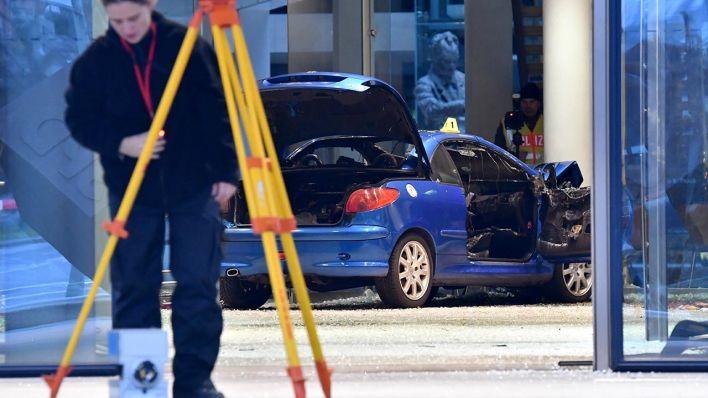 Mann rast mit Auto in SPD-Parteizentrale in Berlin