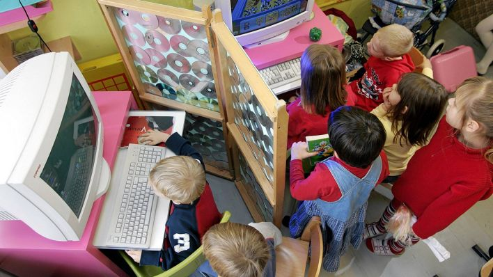 Kinder spielen an Computern in einem Cottbuser Kindergarten. (Quelle: imago/Rainer Weisflog)