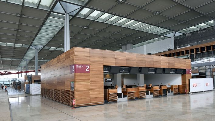 Grune bodenfliesen holen natur design  Zweifel am BER-Geschäftsmodell: Grüne sprechen von