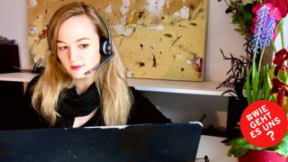 Schauspielerin Lena Baader am Laptop mit Headset (Quelle: Privat)