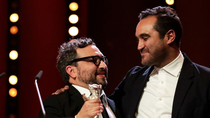anuel Alcala, left, and Alonso Ruizpalacios celebrate after winning a silver bear for the best screen play for the film 'Museo / Museum' during the awarding ceremony of the 68th edition of the International Film Festival Berlin (Quelle: AP/ Markus Schreiber)