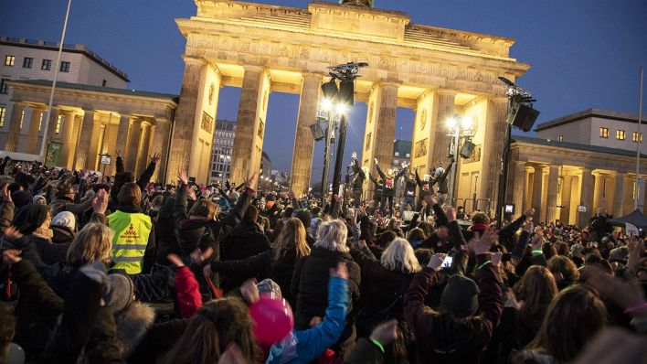 One Billion Rising Demo am Brandenburger Tor am 14.02.2018 (Quelle: Imago/ Zuma)