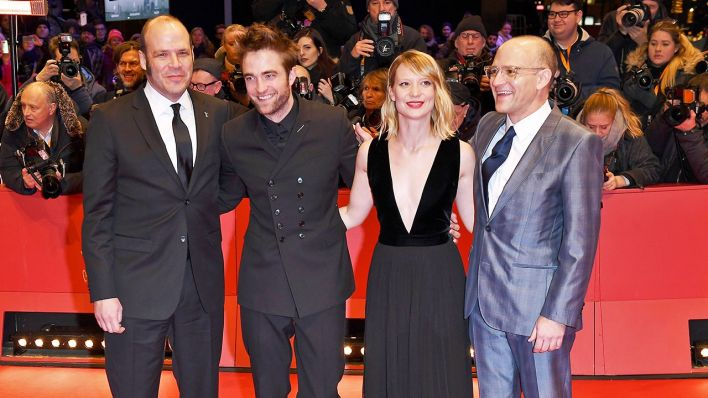 "Nathan Zellner, Robert Pattinson, Mia Wasikowska and David Zellner bei der Premiere des Films ""Damsel"" (Quelle: Imago/ Paul Treadway)"