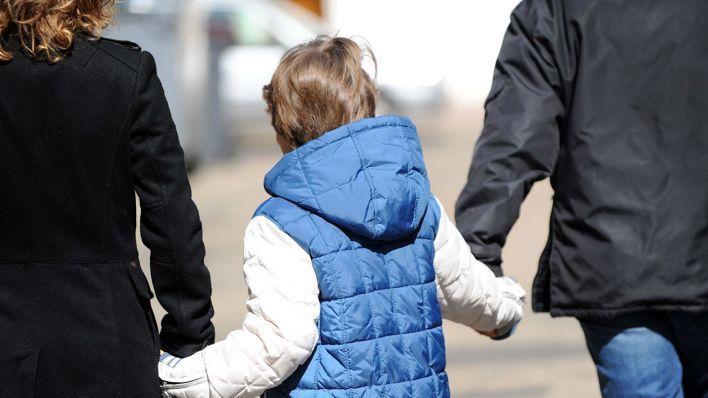 Eltern mit Kind an der Hand (Quelle Archivbild: dpa/Photopqr/Le P)