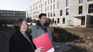 Stadtentwicklungssenatorin Katrin Lompscher und Sozialsenatorin Elke Breitenbach besuchen die Baustelle für eine Berliner Flüchtlingsunterkunft. (Quelle: dpa/Jörg Carstensen)