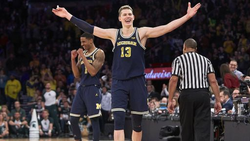 Der Berliner Moritz Wagner (Nummer 13), Forward des NCAA-College-Basketballteams Michigan Wolverines, feiert den Halbfinalsieg im Big-Ten-Conference-Turnier über Michigan State am 4. März 2018 in New York City (Quelle: imago / Duncan Williams).