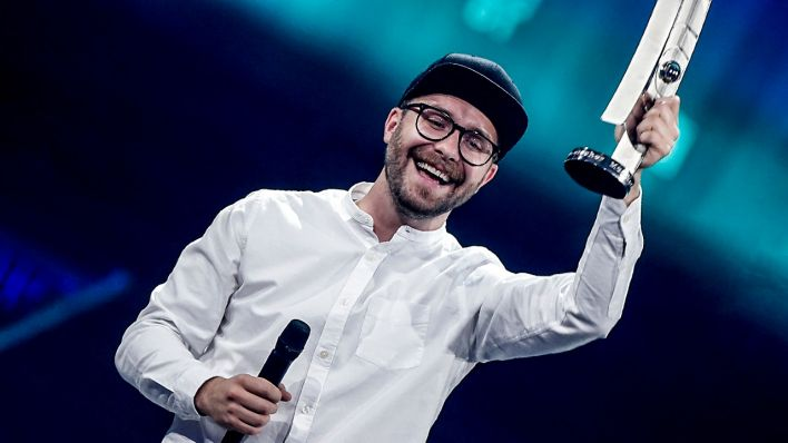 "German-Polish singer Mark Forster receives the ""national pop"" award during the 2018 Echo Music Awards ceremony Thursday, April 12, 2018 in Berlin. (Quelle: dpa/ Schmidt)"