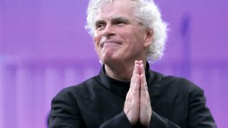 Archivbild: Sir Simon Rattle am 03.09.2015. (Quelle: dpa/Robert Ghement)