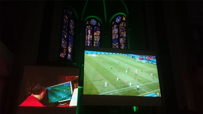 Public Viewing in der 12-Apostel-Kirche in Berlin (Quelle: rbb/Michael Hölzen)