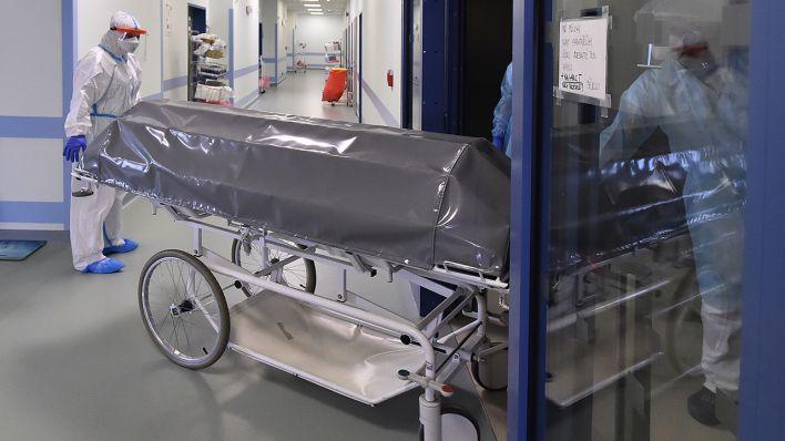 Symbolbild: Ein Sarg wird aus einem Krankenhaus geschoben. (Quelle: dpa/L. Pavlicek)