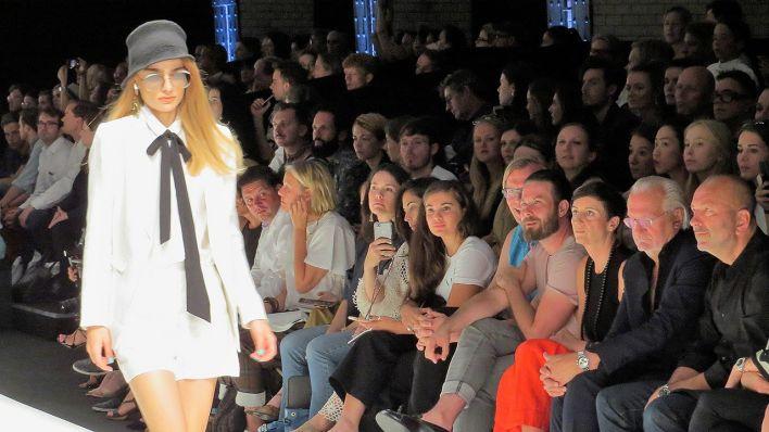 Ein Model läuft bei der Berliner Fashion Week in einer Show mit nachhaltiger Mode über den Laufsteg. (Quelle: rbb/Vera Block)