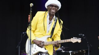"Nile Rodgers auf der Bühne beim ""Isle of Wight Festival"" at Seaclose Park in Newport, England. (Quelle: dpa/David Jensen/PA Photo)"