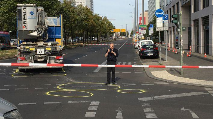 Nähe Alexanderplatz In Berlin Mitte Radfahrer Stirbt Nach Lkw