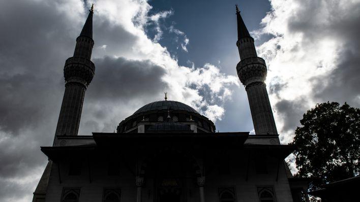Wolken ziehen am 03.10.2018 über die Sehitlik-Moschee in Berlin. (Foto: dpa/Paul Zinken)