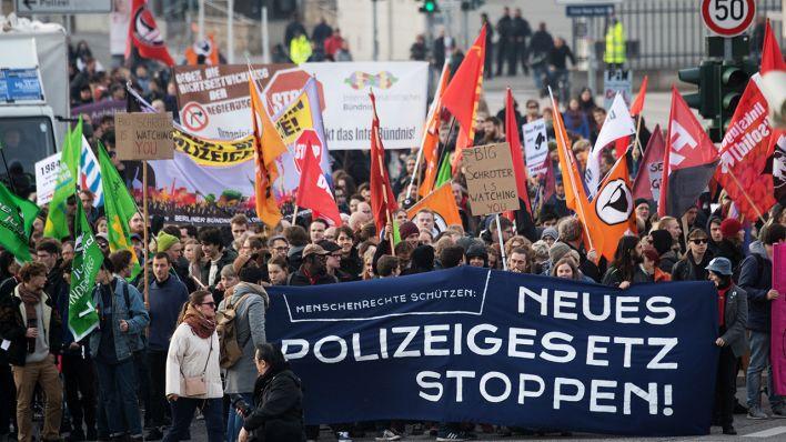 Teilnehmer einer Demonstration des Bündnisses gegen das neue Brandenburger Polizeigesetz laufen mit Transparenten durch Potsdam. (Quelle: dpa/Ralf Hirschberger)