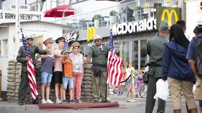 Touristen am Berliner Checkpoint Charlie (Quelle: imago/Sattler)