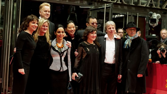 Archivbild: Jury members Susanne Bier (L-R), Ellen Kuras, Tim Robbins, Shsirin Neshat, Esther and Wong Kar Wai, Athina Raches Tsangari, Andreas Dresen and Berlinale director Dieter Kosslick arrive for the premiere of the movie 'The Grandmaster' ('Yi dai zong shi') during the 63rd annual Berlin International Film Festival, in Berlin, Germany, 07 February 2013. The movie has been selected as the opening film for the Berlinale and is running in the offical section out of competition. (Quelle: dpa/Hoppe)