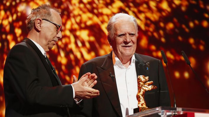Archivbild: German cinematographer Michael Ballhaus, right, receives the Honorary Golden Bear for his lifetime achievement from festival director Dieter Kosslick, left, during the award ceremony at the 2016 Berlinale Film Festival in Berlin. (Quelle: dpa/Schmidt)