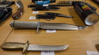 Konfiszierte Stichwaffen und Pfefferspray. Quelle: dpa/Christoph Schmidt