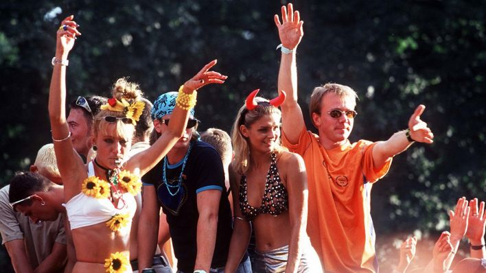 """ONE WORLD, ONE FUTURE"" ist das Motto der Loveparade 1998 (Quelle: dpa/Simon)"