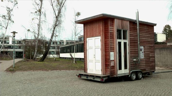 video tiny house als studentenunterkunft alles was man braucht auf sechs quadratmetern. Black Bedroom Furniture Sets. Home Design Ideas