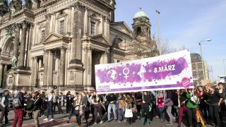 Archivbild: Demo zum Internationalen Frauentag am 8. März 2015 (Quelle: dpa/Geisler-Fotopress)