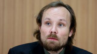 ARCHIV - 06.03.2013, Berlin: Der Journalist Billy Six nimmt an einer Pressekonferenz in Berlin teil (Quelle: dpa/Kay Nietfeld).