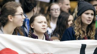 "Die schwedische Klimaaktivistin Greta Thunberg (m) nimmt zusammen mit Luisa Marie Neubauer (r) an der Demonstration ""Fridays for Future"" in Berlin teil. (Quelle: imago/photothek)"