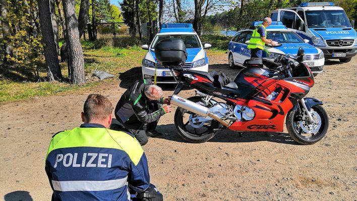 Zum Start der Motorradsaison hat die Brandenburger Polizei verstärkt Kontrollen durchgeführt. (Quelle: rbb/Björn Haase-Wendt)