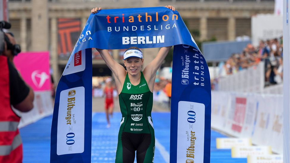 Triathletin Laura Lindemann freut sich über ihren Titel (imago images / Beautiful Sports)