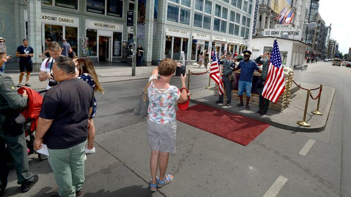 Touristen in Berlin am Checkpoint Charlie (Quelle: imago images/Wolff)