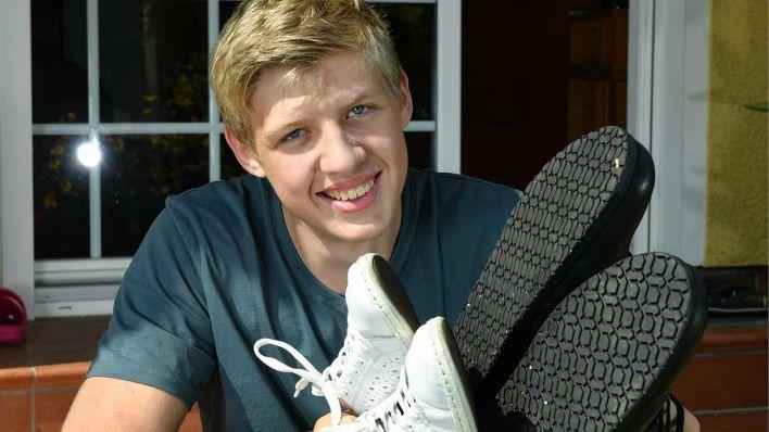 Rekord: 16 jähriger Berliner hat die größten Teenager Füße