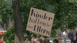 Ein protestschild auf einer Fridays for Future-Demonstration (Quelle: Abendschau)
