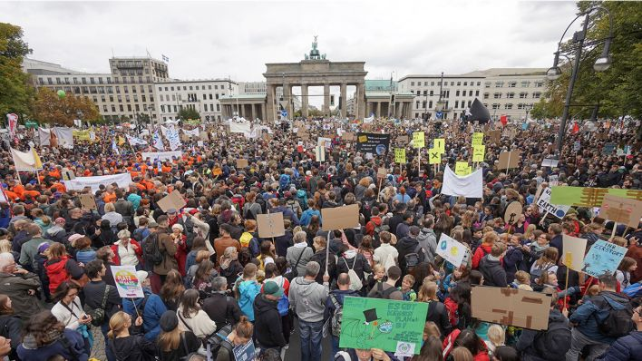 Demonstranten nehmen am Klima Protesttag von Fridays For Future vor dem Brandenburger Tor teil.
