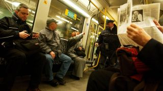 Ticketkontrolle in einer BVG-U-Bahn (Bild: imago images/Enters)