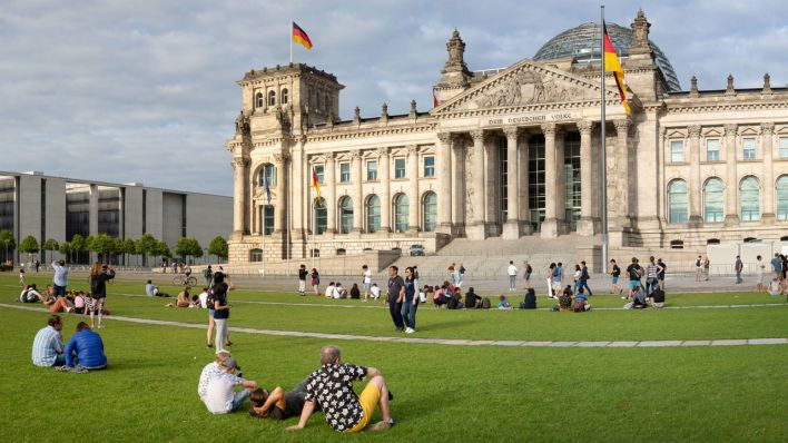 Platz der Republik in Berlin (Bild: imago images/Dirk Sattler)