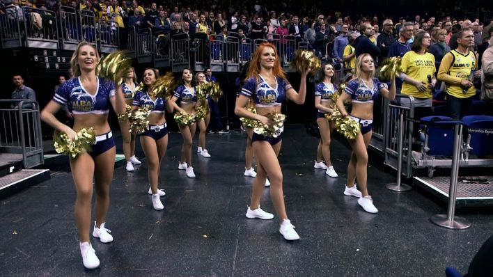 Cheerleaderinnen tanzen in der Mercedes-Benz-Arena Berlin.