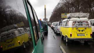 Bulli-Parade gegen Dieselfahrverbote in Berlin. (Quelle: imago images/Christian Mang)