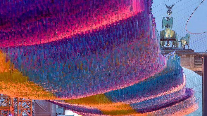 La acción artística Visions in Motion se cierne en la Puerta de Brandenburgo sobre la Straße des 17. Juni. (Fuente: imago-images / Travel Stock)