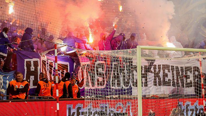 Berlin Derby Unterbrochen Raketen Fliegen Aus Dem Hertha