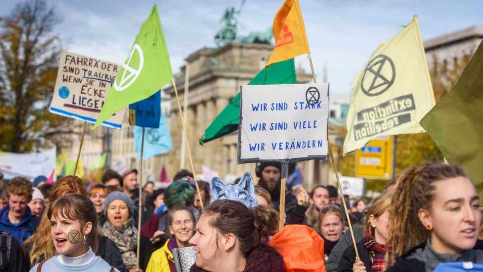 Aktivisten der Extincion Rebellion vor dem Brandenburger Tor in Berlin. (Quelle: imago images/C. Spicker)